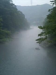 霧に煙る多摩川